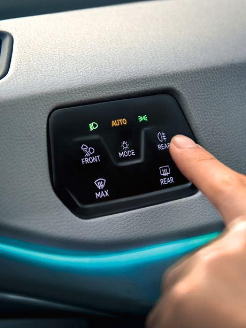 Detalle de una mano operando los mandos de un Volkswagen ID.3
