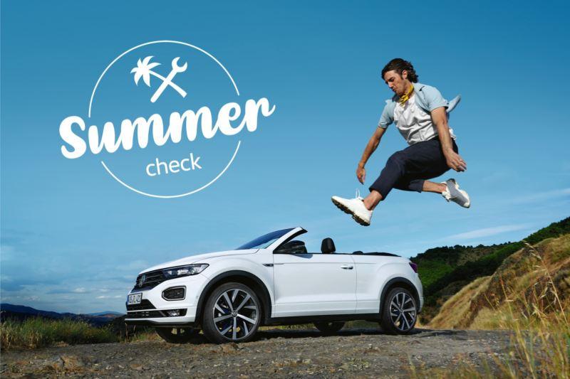 Chico saltando delante de un T-Roc cabrio y el logotipo de Summer Check sobre el cielo azul