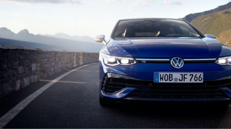Volkswagen Golf azul visto desde atrás en un circuito