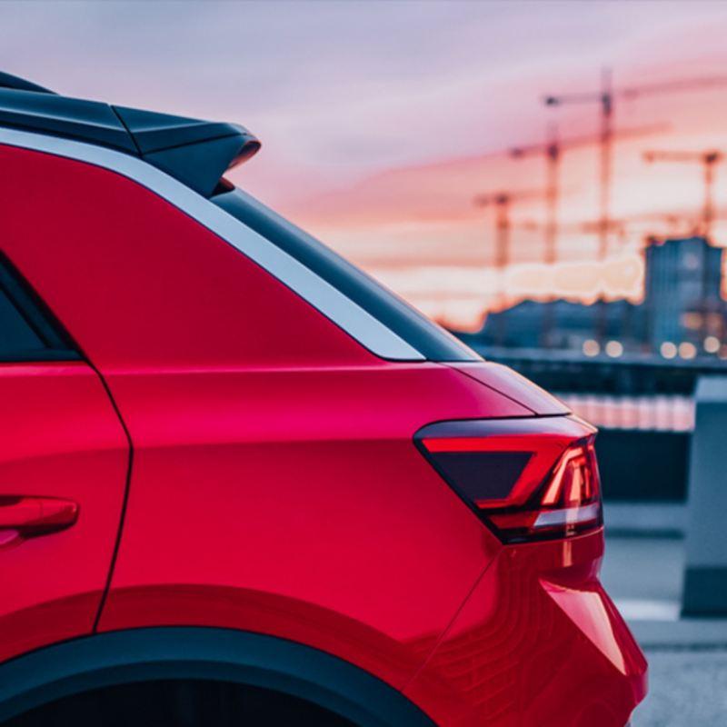 Detalle lateral de la parte trasera de un Volkswagen T-Roc rojo