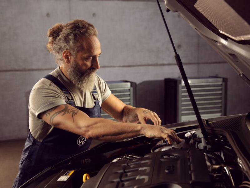 Mecánico revisando el motor de un Volkswagen