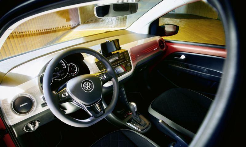 Dettaglio del sistema di infotainmnet con cellulare inserito nella docking station di Volkswagen Nuova e-up!