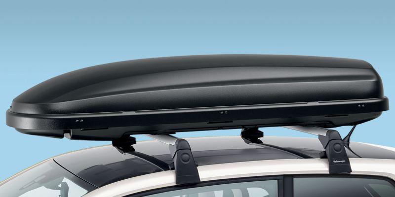 """Dettaglio del box per tetto """"Comfort"""" originale Volkswagen, montato su up!. Il box con sistema innovativo """"Duo-Lift"""" è disponibile da 340lt. È acquistabile anche la versione """"Basic"""" nero opaco da 340lt."""