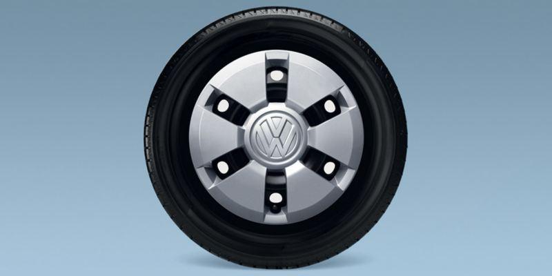 Dettaglio del copricerchio in acciaio originale Volkswagen. Kit da 4 pezzi disponibile per up!