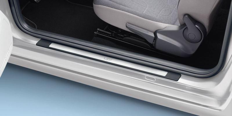 Dettaglio dei listelli battitacco in acciaio inox originali Volkswagen, applicati su up!.