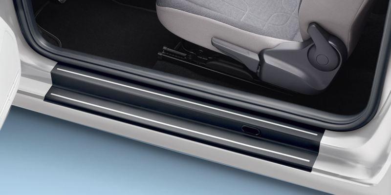 Dettaglio delle pellicole battitacco nere con strisce argento originali Volkswagen, applicati su up!.