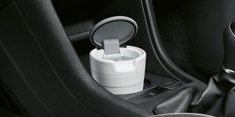 Dettaglio del portarifiuti originale Volkswagen, applicabile al supporto porta bicchieri; montato su up!.