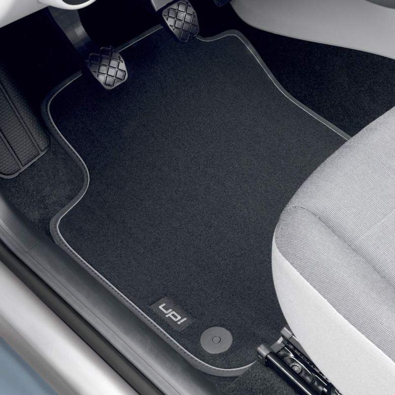 "Dettaglio dei tappetini in moquette ""Premium"" originali Volkswagen, montati su up!."