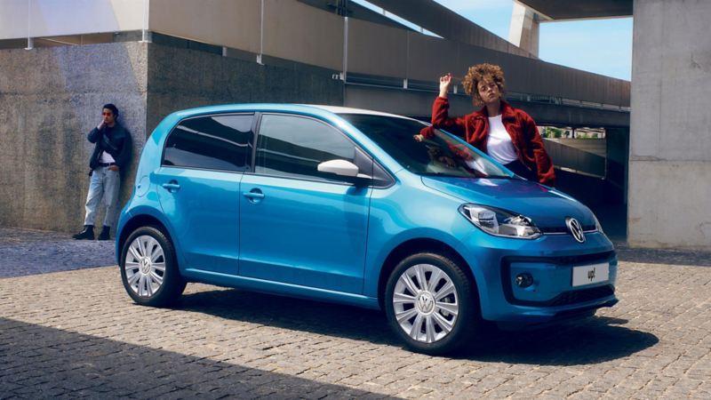 """Ragazza appoggiata a Volkswagen Nuova up! con """"white style"""" Pack"""