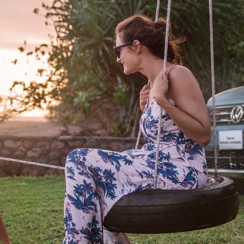 Tiguan 2020, la camioneta familiar estacionada detrás de madre e hijo jugando