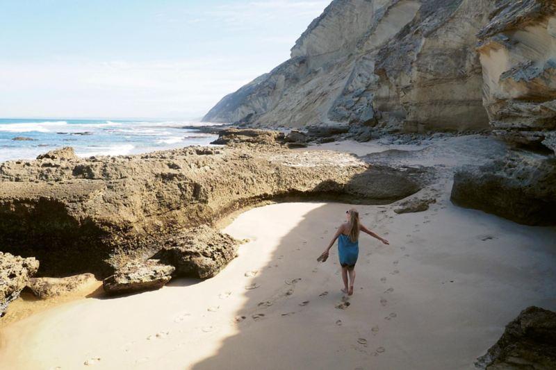 Ottillia på stranden Gerickes Point med Sydafrikas högsta fossila sanddyner