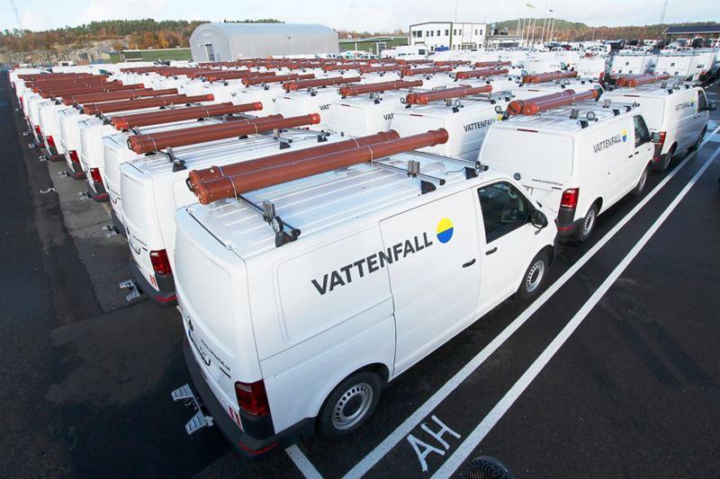 Hundra specialutrustade Volkswagen Transporter klara för leverans vid Bilbyggarna i fordonshamnen Wallhamn