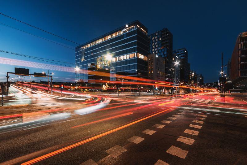 Verkehrslichter in Oslo bei Nacht