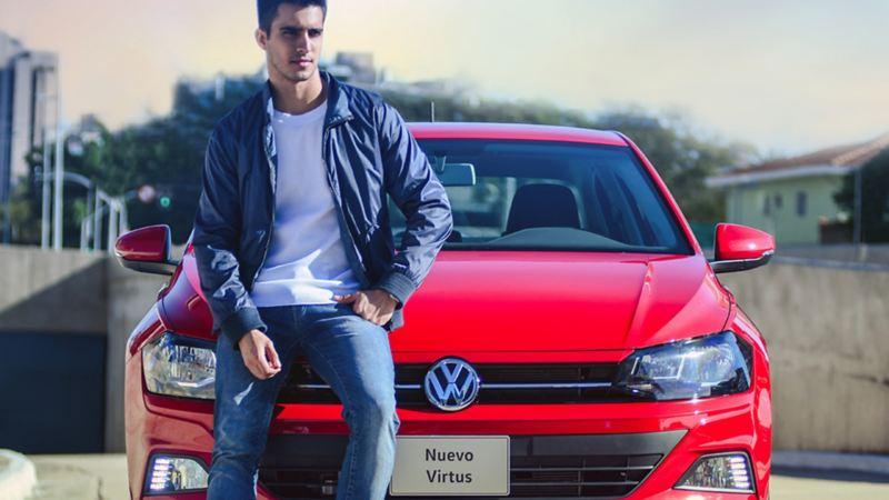 Hombre frente a Nuevo Virtus 2020 adquirido a través de plan financiero Volkswagen Ya