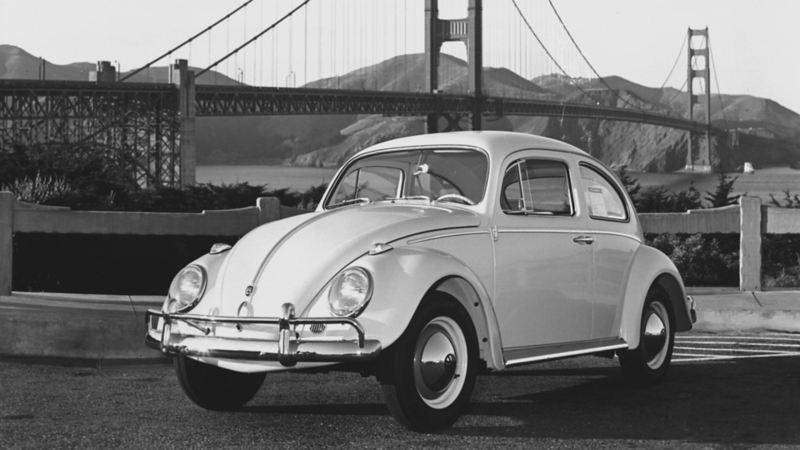 Vocho, el auto clásico de VW estacionado cerca de Golden Gate en San Francisco.