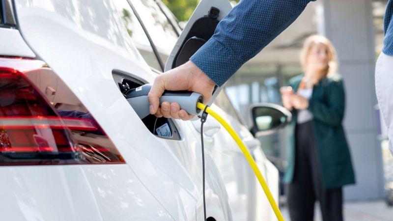 Imagen de auto eléctrico Volkswagen ideal para practicar la conducción ecológica