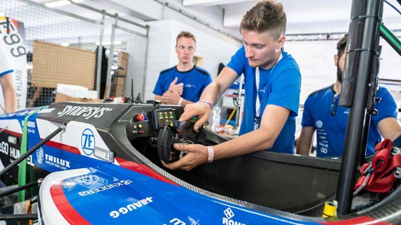 Tim arbeitet am Cockpit des ecurieaix Rennwagens