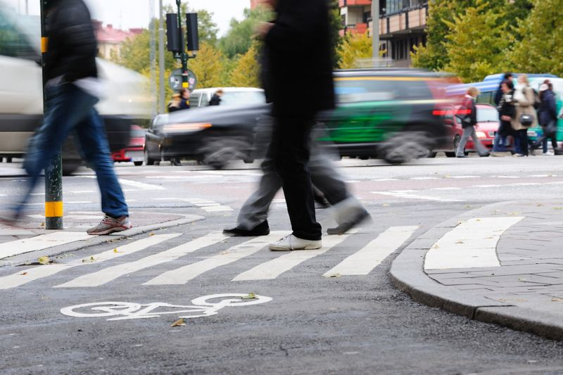 Fußgänger überqueren Zebrastreifen und Radweg
