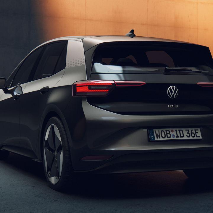 Das elegante Heck eines VW ID.3 ist stimmungsvoll ausgeleuchtet.