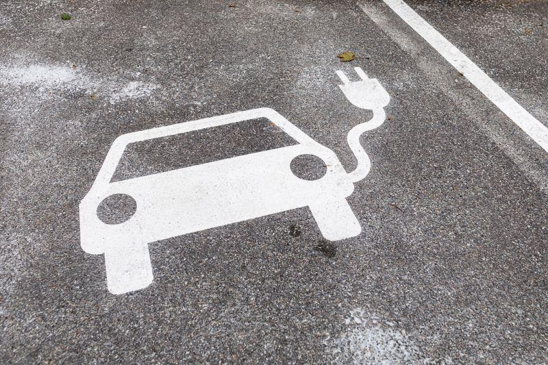 Eine Bodenmarkierung in Form eines Autos mit Ladekabel zeichnet den E-Parkplatz aus