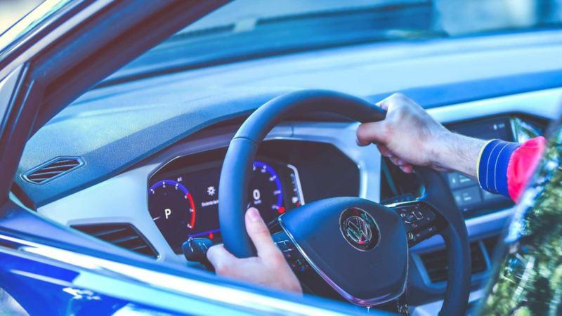 Imagen de conductor al volante de un auto Volkswagen