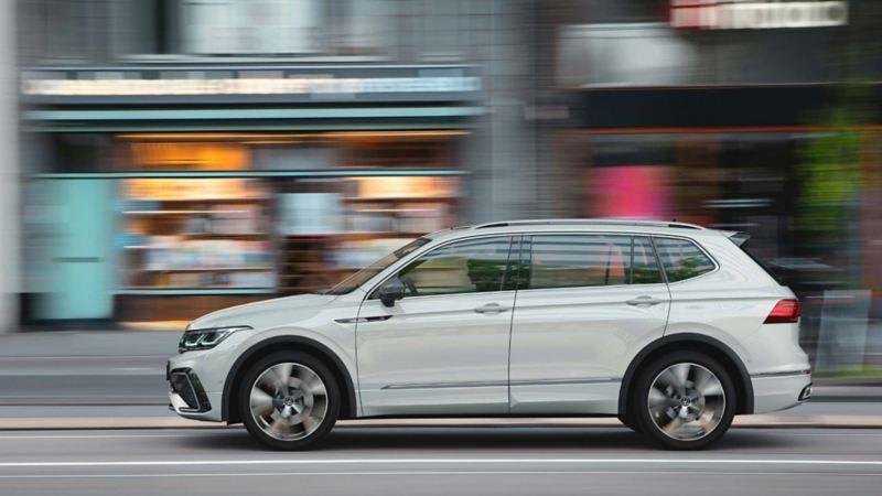 SUV VW Tiguan 2022 manejada en las calles de una ciudad