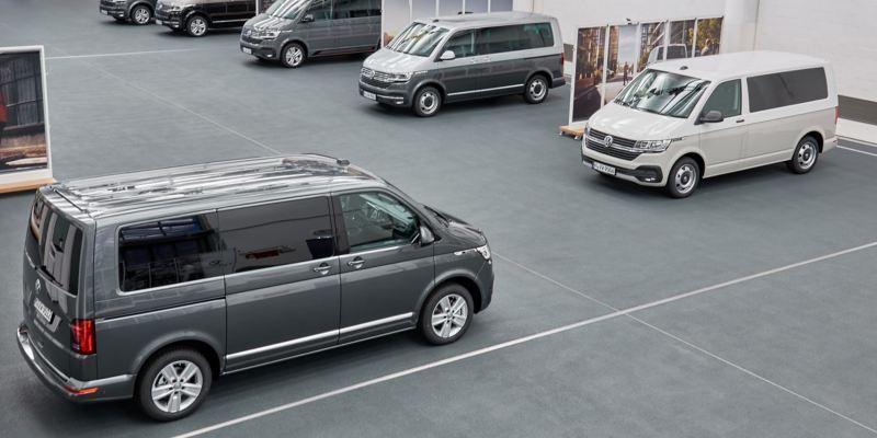 Eine Reihen von Volkswagen Nutzfahrzeugen in einer Halle.