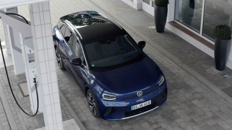 VW ID 4, auto eléctrico cargando batería