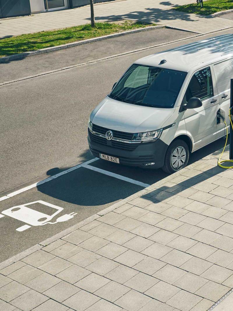 VW ABT e-Transporter eldriven skåpbil vid en laddstation