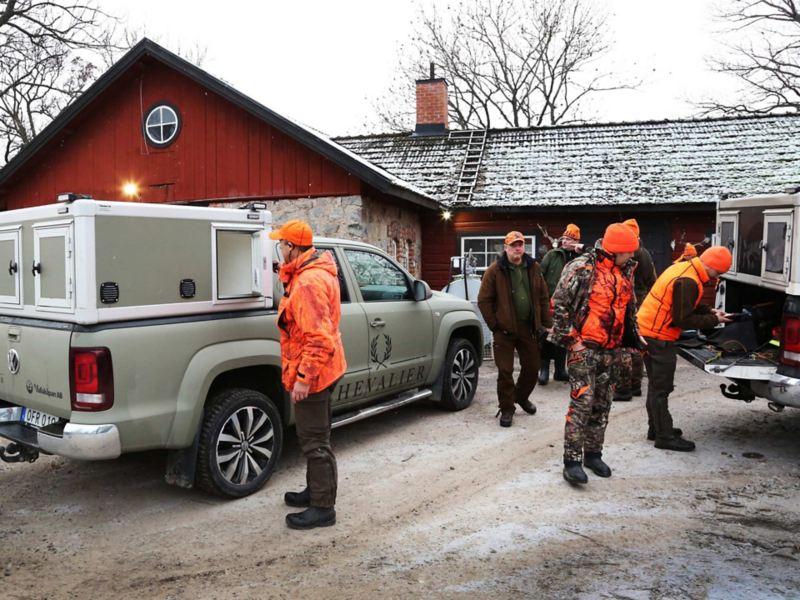 Jägarlaget vid jaktstugan med den specialbyggda Amaroken