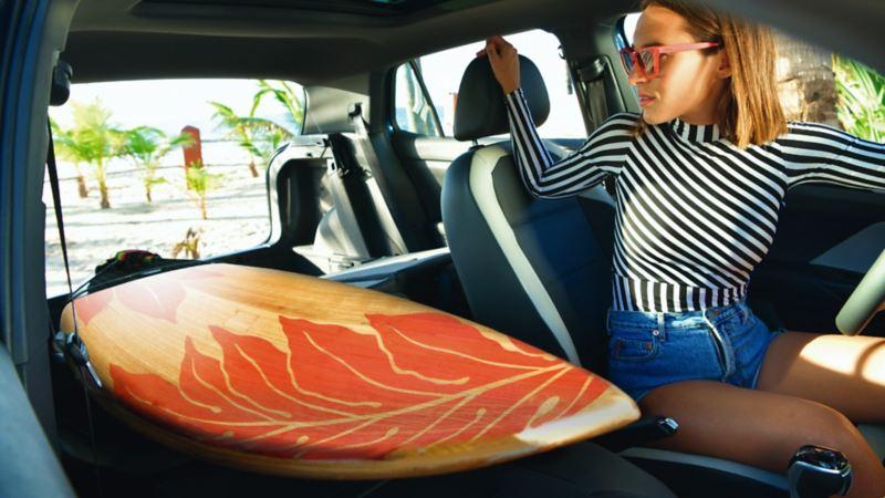 Tabla de surf dentro de T-Cross gracias a sus asientos abatibles
