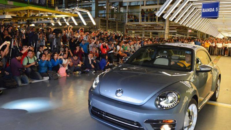 Automóvil Beetle en evento por la discontinuación del modelo en Planta Volkswagen