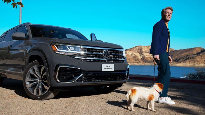 Hombre adulto frente a Cross Sport de Volkswagen