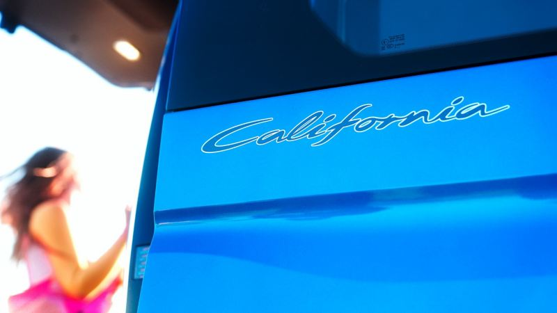 """Dettaglio del badge """"California"""" sul bagagliaio di un Nuovo Caddy California Volkswagen."""