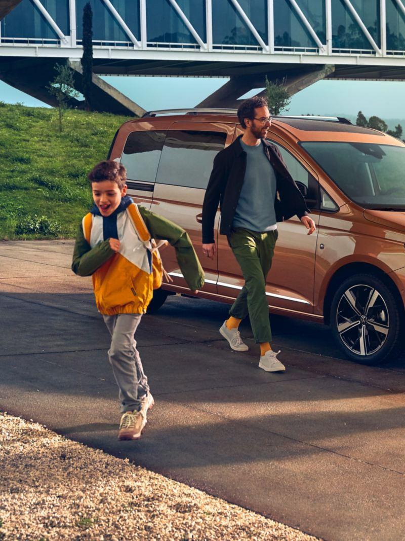 Une famille sortant du nouveau Volkswagen Caddy.