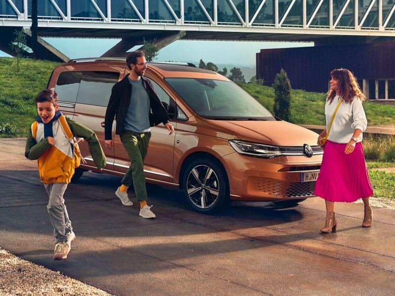 Una famiglia davanti a Nuovo Caddy acquistato con le promozioni Volkswagen