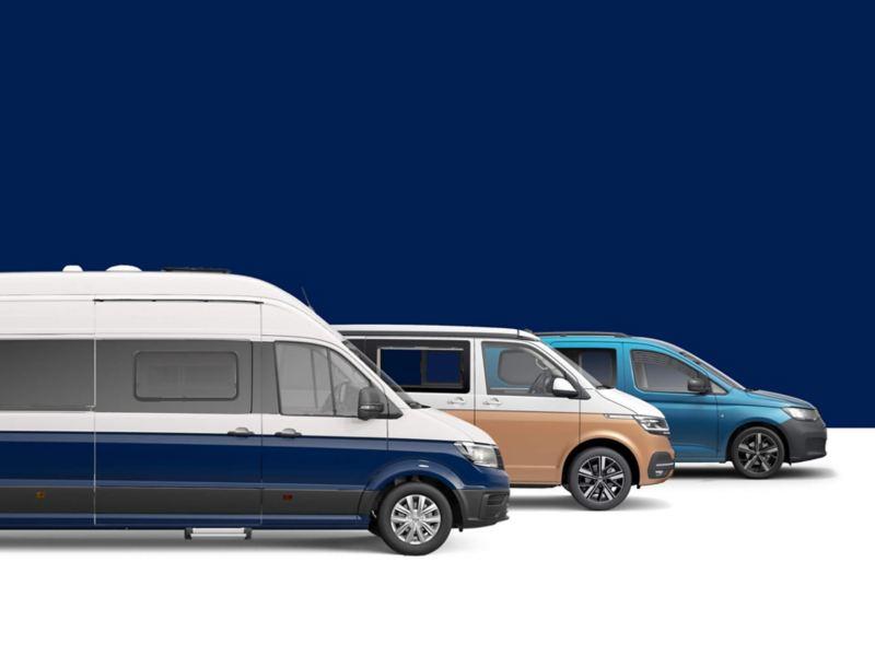Caddy California, California 6.1 I Grand California zaparkowane obok siebie przed niebieskim tłem.