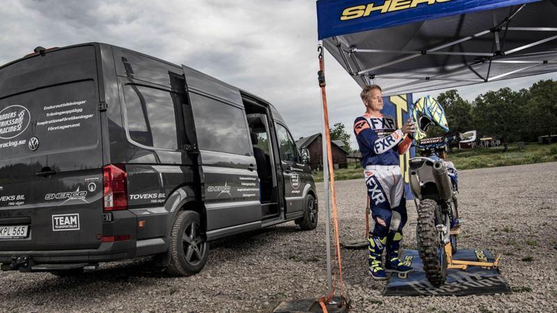 Världsmästaren i enduro, Anders Eriksson, framför sin arbetsbil Crafter