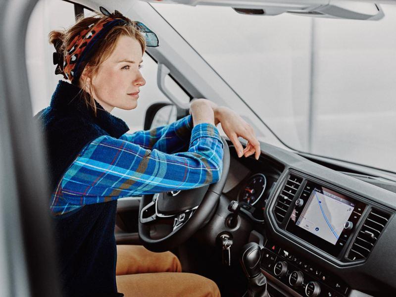 Kvinna vid förarplatsen i en VW Crafter