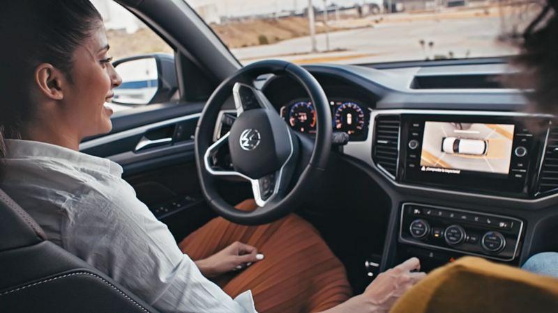 Scar, de Volkswagen Series, estacionando un Nuevo Cross Sport