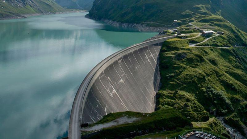 Veduta aerea di una diga. Elli Naturestorm nasce dall'energia idroelettrica