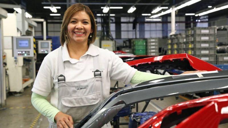 Colaboradora trabajando en planta VW