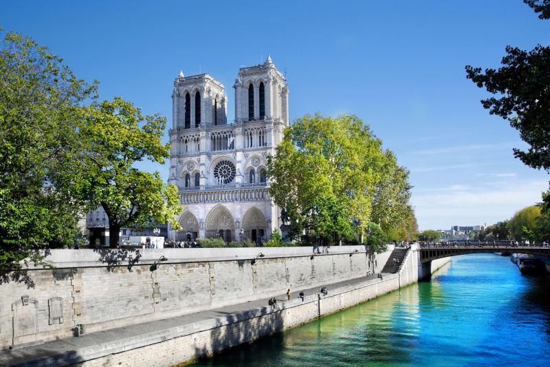 Aufnahme der Pariser Kathedrale Notre Dame am Ufer der Seine.