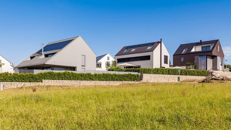 Eine Reihe von neu gebauten Familienhäusern in einer ländlichen Region.