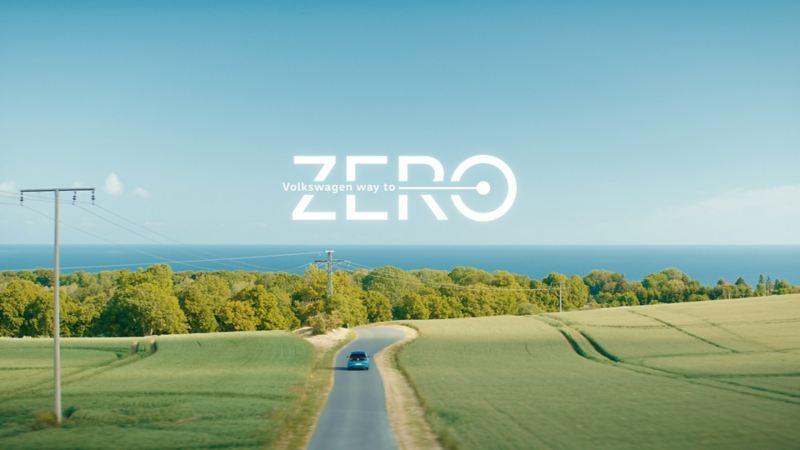 Imagen de auto eléctrico en una carretera durante día soleado.