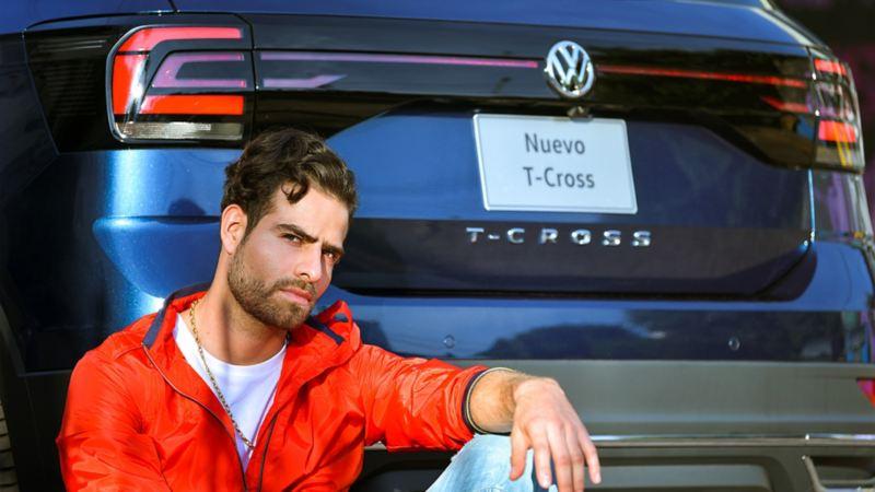 Jóvenes sentado detrás de T-Cross de Volkswagen
