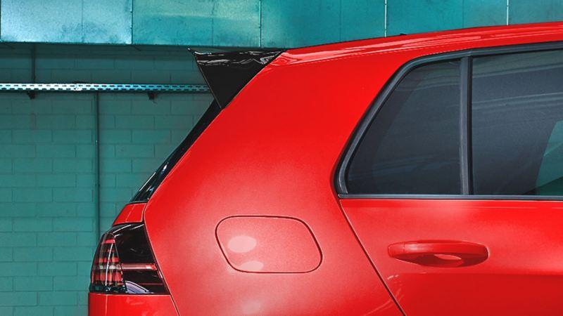 Spoiler trasero presente en Golf GTI oettinger en color rojo tornado