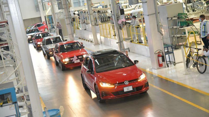 Versiones de Golf recorriendo la línea de producción durante despedida