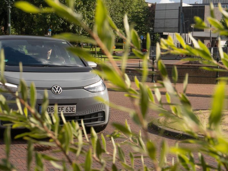 Der VW ID.3 mit eingeschalteten Scheinwerfern