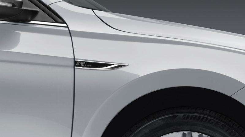 Emblema de Jetta R-Line - Sedán deportivo en color gris platino